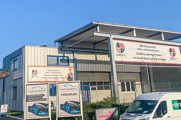 Front Außenseite Schilder Werbung Fachhändler Shop einkaufen Baumarkt Befestigungen
